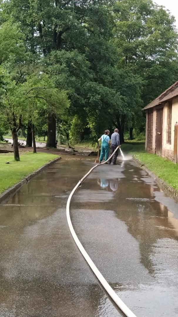 Úklid po přívalovém dešti